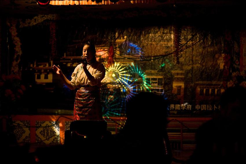 Soirée musicale à Xiahe dans un nouveau bar de la ville. Les paroles des chansons célèbrent l'amour et la liberté des grands plateaux...