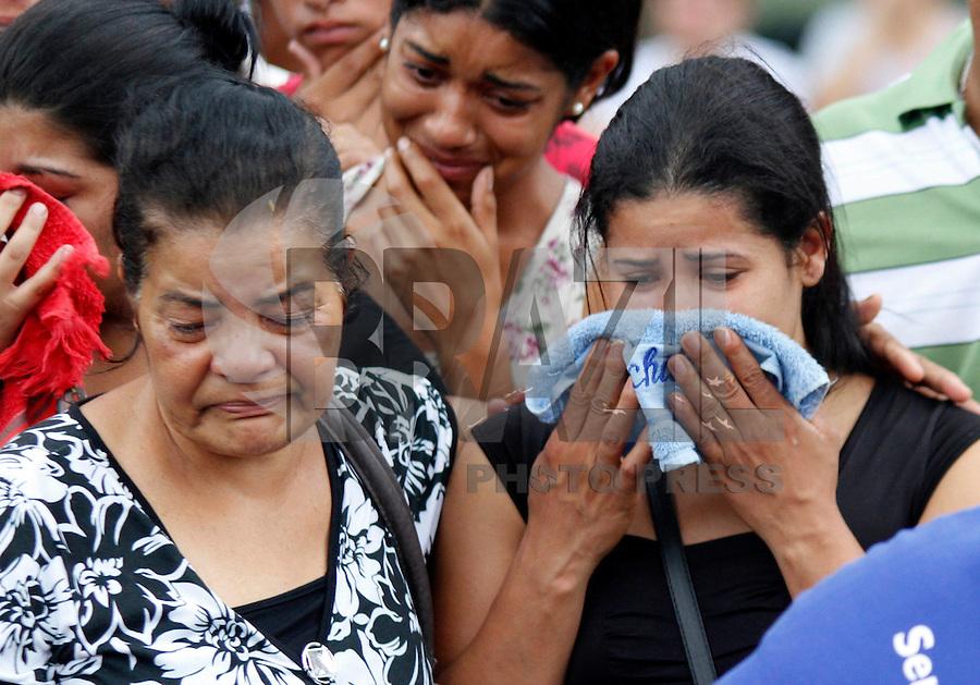 SÃO PAULO,SP 27 FEVEREIRO 2012 ENTERRO GAROTO JET SKY<br /> A avó e a Mãe do garoto Mitchel de Carvalho que morreu no domingo em uma acidente de jet sky em uma represa dentro do Clube Náutico Tahit durante o enterro realizado na terde de hoje no cemiterio da vila formosa na zona leste.FOTO ALE VIANNA/BRAZIL PHOTO PRESS.