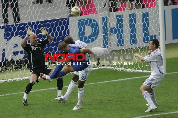 FIFA WM 2006 -  Final - Finale<br /> Play    #64  (09. Juli ) Italien - Frankreich 5:3 n. E. <br /> <br /> Fabio Cannavaro (Mitte) von Italien mit Kopfball Chance.<br /> Torwart Fabien Barthez (links), William Gallas (Mitte) und Willy Sagnol (rechts) von Frankreich mit im Foto.<br /> <br /> Foto &copy; nordphoto
