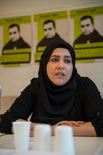 Pressekonferenz am Montag den 10. Juli 2017 zur Einstellung des Verfahrens gegen Polizisten, welche im September 2016 den irakischen Fluechtling Hussam Fadl Hussein bei einem Polizeieinsatz auf dem Gelaende einer Fluechtlingsunterkunft.<br /> Der 29 jaehrige Familienvater und Polizist wurde am 27.9.2016 in einer Berliner Fluechtlingsunterkunft von drei Polizisten von hinten erschossen, als er versucht haben soll sich einem festgenommenen Mann zu naehern, der seine Tochter missbraucht haben soll. Die Polizei hatte behauptet in Notwehr gehandelt zu haben, da Hussam Fadl Hussein angeblich mit einem Messer bewaffnet gewesen sein soll. Augenzeugen sagten jedoch aus, dass Hussam Fadl Hussein nicht bewaffnet gewesen sei und kein Messer gehabt habe.<br /> Die Staatsanwaltschaft hat das Ermittlungsverfahren Ende Mai 2017 mit dem Verweis auf Notwehr der Beamten eingestellt.<br /> Die Initiativen &bdquo;Reach Out&ldquo;, &bdquo;Kampagne fuer Opfer rassistischer Polizeigewalt (KOP)&ldquo;, der Fluechtlingsrat Berlin und Haman Gate (Ehefrau des Erschossenen) fordern die Wiederaufnahme der Emittlungen, eine Anklageerhebung der Staatsanwaltschaft und ein Strafverfahren gegen die Polizeibeamten, die auf Hussam Fadl geschossen haben und die sofortige Suspendierung der beschuldigten Polizisten. Um diese Forderung zu Unterstuetzen wird es am 10. Juli 2017 vor dem Polizeipraesidium geben.<br /> Im Bild: Haman Gate, Ehefau des Erschossenen.<br /> 10.7.2017, Berlin<br /> Copyright: Christian-Ditsch.de<br /> [Inhaltsveraendernde Manipulation des Fotos nur nach ausdruecklicher Genehmigung des Fotografen. Vereinbarungen ueber Abtretung von Persoenlichkeitsrechten/Model Release der abgebildeten Person/Personen liegen nicht vor. NO MODEL RELEASE! Nur fuer Redaktionelle Zwecke. Don't publish without copyright Christian-Ditsch.de, Veroeffentlichung nur mit Fotografennennung, sowie gegen Honorar, MwSt. und Beleg. Konto: I N G - D i B a, IBAN DE58500105175400192269, BIC INGDDEFFXXX, Kontakt: post