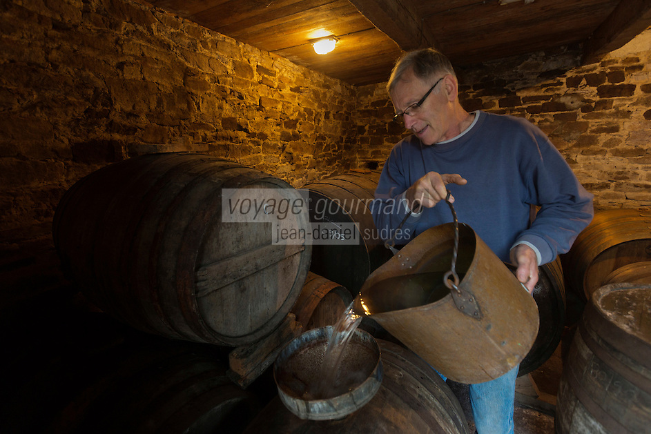 Europe/France/Basse-Normandie/50/Manche/ Saint-Jean-des-Champs: Ferme de l´Hermitière,  Jean-Luc Coulombier distille à l'alambic son Calvados <br /> Àuto N°:  2012-442<br /> // Europe,France,Normandie,Basse-Normandie,Saint-Jean-des-Champs: Ferme de l´Hermitière , <br /> Jean-Luc Coulombier distilled at the still the Calvados