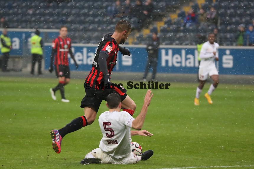 Haris Seferovic (Eintracht) gegen Niklas Dams (Genf) - Eintracht Frankfurt vs. Servette Genf, Commerzbank Arena