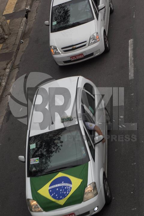 SÃO PAULO, SP, 09.09.2015 -TAXISTAS-SP -Taxistas seguem pela Radial Leste sentido centro onde vão se juntar a outros para um protesto em frente a câmara de São Paulo na tarde desta quarta-feira, 09. (Foto: Renato Mendes / Brazil Photo Press)