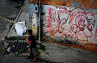 """Manaus AM 13 12 2012 - Violência, Menor observa corpo do traficante Roberto Silva, """" o Capa"""", 18 anos, morto com tiros no Beco Pico das Aguas, zona centro sul de Manaus.<br /> A série """"guerra esquecida"""", revela uma triste realidade da maior cidade do norte do Brasil. Manaus teve  de 2010 a 2012 mais de  2 mil homicidios de jovens envolvidos com o tráfico de drogas. A igreja católica em fevereiro de 2013 lançou a campanha da CNBB (Conferência Nacional dos Bispos do Brasil), que tem como tema """"Fraternidade e Juventude"""" , o que gerou polêmica na cidade devido ao número de homicidios que o governo do Amazonas não reconhece, ou tenta manipular dados para que não se tenha uma imagem negativa do estado Em 2014 manaus é uma das subsedes da Copa do Mundo de Futebol. (Foto Albero Céesar Araújo)"""