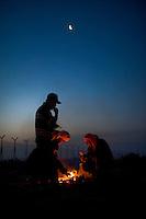 Immigrati Tunisini si apprestano a trascorrere la notte all'aperto dopo essere sbarcati in massa nell'isola di Lampedusa