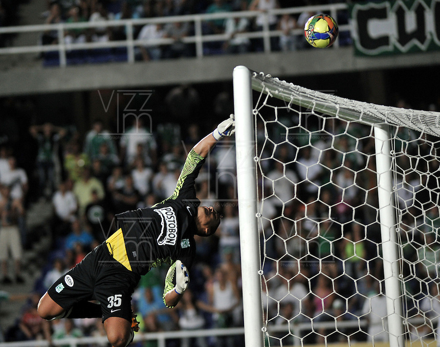 CALI- COLOMBIA- 16-02-2103: Luis Martínez portero del Atlético Nacional en acción durante partido por la Liga Postobon I Deportivo Cali v.s. Atlético Nacional en el estadio Pascual Guerrero en la ciudad de Cali, marzo16 de 2013. (Foto: VizzorImage / Luis Ramírez / Staff). Luis Martinez goalkeeper of Atletico Nacional in action during  a match for the Postobon I League Deportivo Cali v.s. Atletico Nacional at the Pascual Guerrero stadium in Cali city, on March 16, 2013, (Photo: VizzorImage / Luis Ramirez / Staff.)