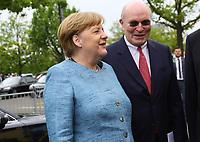 Bundeskanzlerin Angela Merkel (CDU) kommt an und wird vom Merck Nachfahre Frank Stangenberg-Haverkamp begrüßt - 03.05.2018: Festakt zu 350 Jahre Merck in Darmstadt mit Bundeskanzlerin Angela Merkel