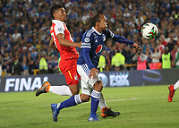BOGOTÁ - COLOMBIA, 20-01-2019:Edwin Herrera (Izq.) jugador del Independiente Santa Fe disputa el balón con Juan Perez (Der.) jugador de Millonarios durante partido por la  final del Torneo Fox Sport 2019 jugado en el estadio Nemesio Camacho El Campín de la ciudad de Bogotá. /Edwin Herrera (L) Player of the Independiente Santa Fe disputes the ball with Juan Perez(R) player of Millonarios during game for the final of the Fox Sport 2019 Tournament played in the Nemesio Camacho El Campín stadium in the city of Bogotáy. Photo: VizzorImage / Felipe Caicedo / Staff.