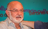 """ATENCAO EDITOR IMAGEM EMBARGADA PARA VEICULOS INTERNACIONAIS - SAO PAULO, SP, 11 DEZEMBRO 2012 - AUTOGRAFOS - REYNALDO GIANECCHINI - Silvio de Abreu prestigia o ator Reynaldo Gianecchini no lançamento de sua biografia """"Giane"""", na Livraria Cultura do Conjunto Nacional, na Avenida Paulista, em São Paulo, nesta terça-feira (11). (FOTO: VANESSA CARVALHO  / BRAZIL PHOTO PRESS)."""