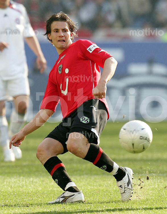Fussball   1. Bundesliga   Saison 2006/2007 Szablocks HUSZTI (Hannover 96), Einzelaktion am Ball