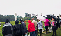 SAO PAULO, SP - 31.05.2015 - REPRESA-GUARAPIRANGA - Populares durante abraço simbólico da Represa de Guarapiranga dentro do Parque Ecológico Guarapiranga na região sul de São Paulo neste domingo, 31. Desde 2006, organizações da sociedade civil promovem o Abraço à Guarapiranga, uma manifestação de respeito e carinho da população da cidade de São Paulo para com as suas fontes de abastecimento de água. É também um ato de indignação e alerta pelo descuidos dos governos com a preservação dos mananciais. (Foto: Fabricio Bomjardim/Brazil Photo Press)