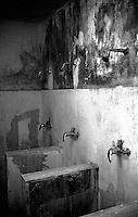 Roma Giugno 2000.Carcere di Rebibbia N.C..Le docce comuni..Rome June 2000.Prison Rebibbia N.C..The common showers.
