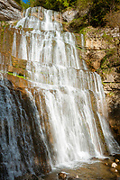 Frankreich, Bourgogne-Franche-Comté, Département Jura, bei Bonlieu: La Cascade de l'Éventail (65 m), der unterste und gleichzeitig hoechste von 7 Wasserfaellen der Hérisson-Wasserfaelle (Cascades du Hérisson). Der Wanderweg fuehrt vom Parkplatz bei Bonlieu 3,7 km hinunter zum Maison des Cascades | France, Bourgogne-Franche-Comté, Département Jura, near Bonlieu: La Cascade de l'Éventail (65 m), the highest of 7 waterfalls of the Cascades du Hérisson