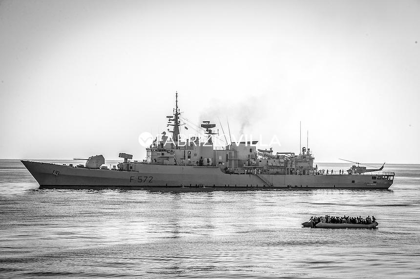 Canale di Sicilia Nave Libeccio della Marina Militare italiana soccorre un gommone con 300 migranti. 30 luglio 2016