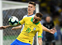BELLO HORIZONTE – BRASIL, 2-07-2019: Everton de Brasil disputa el balón con  Argentina durante partido por la primera semifinal de la Copa América Brasil 2019 entre Brasil y Argentina jugado en el Mineirau de Bello Horizonte. / Everton of Brazil vies for the ball with Argentina during the Copa America Brazil 2019  first semifinal match between Brasil and Argentina played at Mineirau in Bello Horizonte, Brazil. Photos: VizzorImage / Julián Medina / Cont /