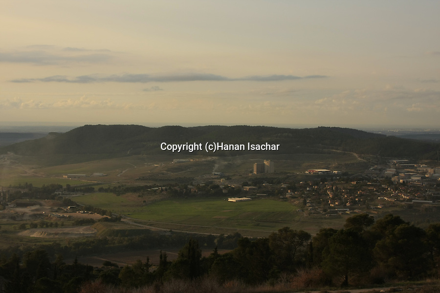 Israel, Jerusalem Mountains, a view of Beth Shemesh and Tel Tzora from Road 3866