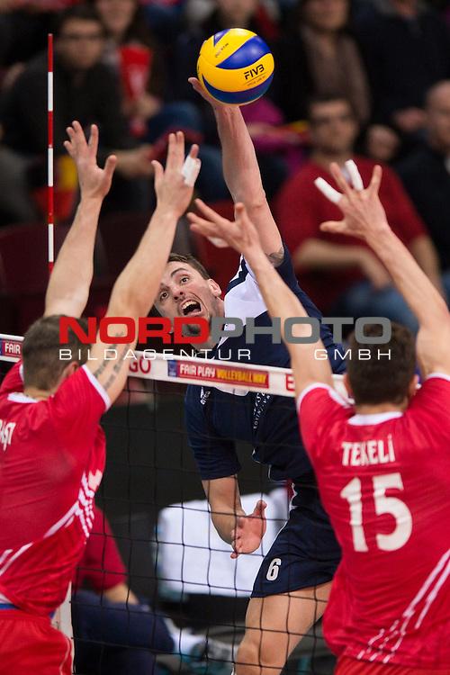 04.01.2014, MHP Arena, Ludwigsburg<br /> Volleyball, Qualifikation WM 2014, T&uuml;rkei / Tuerkei vs. Kroatien<br /> <br /> Block / Doppelblock Burutay Subasi (#8 TUR), Resul Tekeli (#15 TUR) - Angriff Ivan Raic (#6 CRO)<br /> <br />   Foto &copy; nordphoto / Kurth