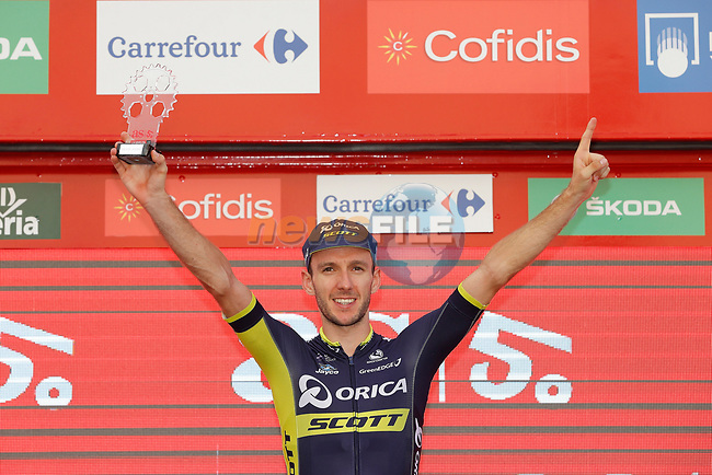 Adam Yates (GBR) Orica-Scott leads the young rider's classification on the podium at the end of Stage 7 of the 2017 La Vuelta, running 207km from Ll&iacute;ria-Cuenca, Spain. 25th August 2017.<br /> Picture: Unipublic/&copy;photogomezsport | Cyclefile<br /> <br /> <br /> All photos usage must carry mandatory copyright credit (&copy; Cyclefile | Unipublic/&copy;photogomezsport)