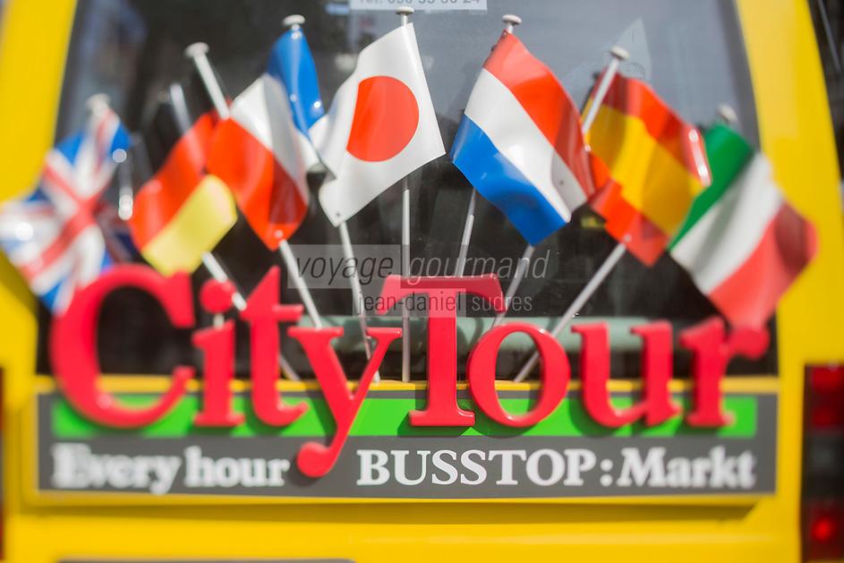 Europe/Belgique/Flandre/Flandre Occidentale/Bruges: Centre historique classé Patrimoine Mondial de l'UNESCO, détail mini bus d'excursion touristiques sur la Grand Place