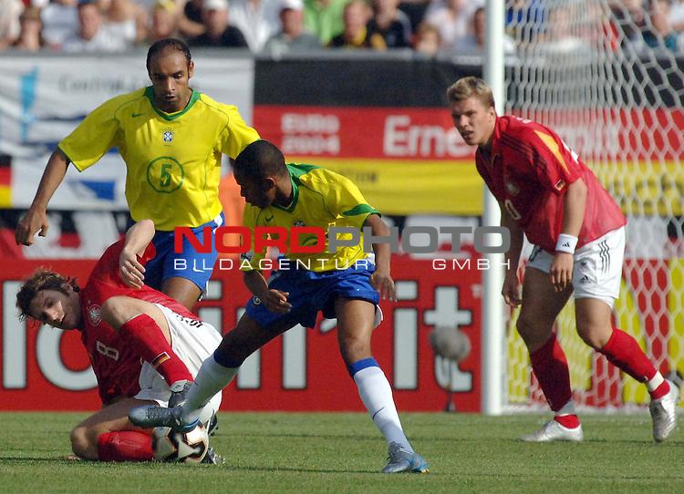 FIFA Confederations Cup 2005   Spiel-13   1.Halbfinale<br /> Deutschland vs. Brasilien<br /> <br /> Torsten Frings (Deutschland) im Kampf um den Ball gegen Emerson und Maicon (beide Brasilien).<br /> <br /> Foto &copy; nordphoto