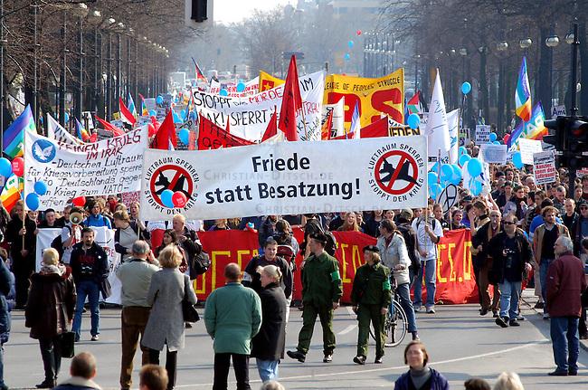 Protest gegen US-Krieg in Berlin<br /> Etwa 15.000 Menschen demonstrierten am Sonnabend den 12. April 2003 in Berlin gegen des US-Krieg gegen den Irak. Motto der Demonstration: &quot;Friede statt Besatzung&quot;. Die Demonstration zog als eine Art ruhiger und beschaulicher Friedens-Spaziergang durch den Tiergarten zum Brandenburger Tor.<br /> 12.4.2003, Berlin<br /> Copyright: Christian-Ditsch.de<br /> [Inhaltsveraendernde Manipulation des Fotos nur nach ausdruecklicher Genehmigung des Fotografen. Vereinbarungen ueber Abtretung von Persoenlichkeitsrechten/Model Release der abgebildeten Person/Personen liegen nicht vor. NO MODEL RELEASE! Nur fuer Redaktionelle Zwecke. Don't publish without copyright Christian-Ditsch.de, Veroeffentlichung nur mit Fotografennennung, sowie gegen Honorar, MwSt. und Beleg. Konto: I N G - D i B a, IBAN DE58500105175400192269, BIC INGDDEFFXXX, Kontakt: post@christian-ditsch.de<br /> Bei der Bearbeitung der Dateiinformationen darf die Urheberkennzeichnung in den EXIF- und  IPTC-Daten nicht entfernt werden, diese sind in digitalen Medien nach &sect;95c UrhG rechtlich geschuetzt. Der Urhebervermerk wird gemaess &sect;13 UrhG verlangt.]