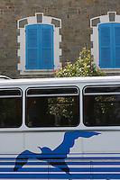 Europe/France/Bretagne/35/Ille et Vilaine/Cancale : Détail facade maison et mouette sur un autocar des Courriers de l'Ouest