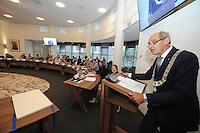 POLITIEK: JOURE: GEMEENTEHUIS: 26-08-2015, Burgemeester Arie Aalberts met de nieuwe Ambtsketen van de Gemeente de Fryske Marren, ©foto Martin de Jong