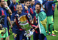 FUSSBALL  CHAMPIONS LEAGUE  FINALE  SAISON 2014/2015   Juventus Turin - FC Barcelona                 06.06.2015 Der FC Barcelona gewinnt die Champions League 2015: Daniel Alves (li) und Adriano (re) jubeln mit dem Pokal