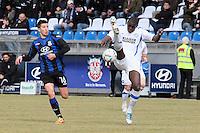 Bakary Soumare (KSC) tritt neben den Ball, daneben lauert Ilian Micanski (FSV)