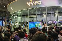 """SÃO PAULO, SP. 06.02.2015 -  CAMPUS PARTY - Com gritos de ïnternet internet""""e """"sem violência"""" """"campuseiros""""protestaram na frente do """"super servidor"""" da Vivo, depois de constantes quedas na rede durante a oitava edição da Campus Party na noite desta sexta-feira, (6). (Foto: Renato Mendes / Brazil Photo Press)"""