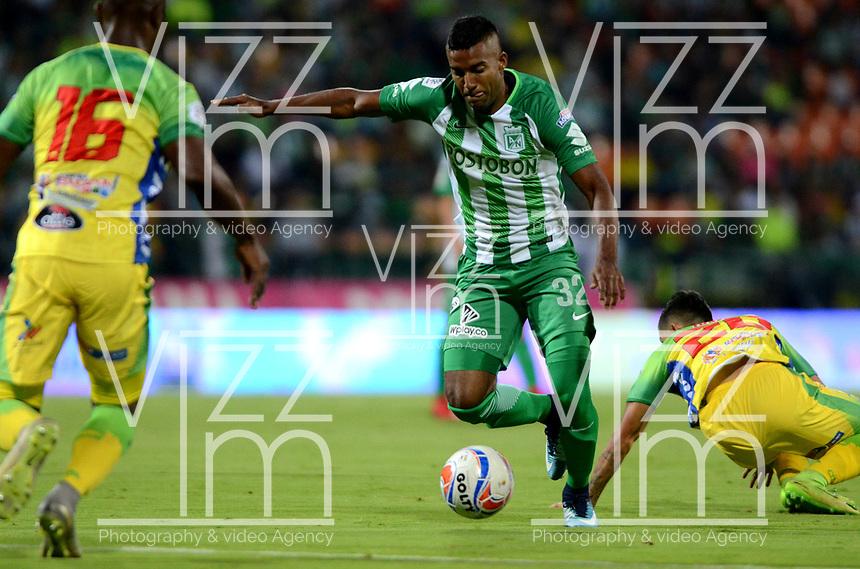 MEDELLÍN - COLOMBIA - 28 - 03 - 2018: Cristian Mafla (Der.) jugador de Atlético Nacional disputa el balón con Jean Carlos Pestaña (Izq.), jugador de Atletico Huila, durante partido de la fecha 11 entre Atletico Nacional y Atletico Huila, por la Liga Águila I 2018, jugado en el estadio Atanasio Girardot de la ciudad de Medellín. / Cristian Mafla (R) player of Atletico Nacional vies for the ball with Jean Carlos Pestaña (L), player of Atletico Huila, during a match of the 11th date between Atletico Nacional and Atletico Huila for the Aguila League I 2018, played at Atanasio Girardot stadium in Medellin city. Photo: VizzorImage / León Monsalve / Cont.