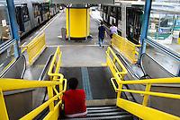 SAO PAULO,SP - 05.11.14 - PROTESTO/MOTORISTA - Usuaria espera pelo témino da paralização noTerminal Dom Pedro II. O Sindicato dos Motoristas e Trabalhadores em Transporte Rodoviário Urbano (Sindmotoristas)  interrompe a circulação dos ônibus da capital paulista nesta quarta-feira (5), entre 10h e 14h, para protestar contra a violência enfrentada pela categoria nos coletivos.( Foto: Aloisio Mauricio / Brazil Photo Press )