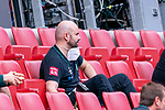 Adis Lovic (Physiotherapeut SV Werder Bremen) auch in Mainz mit dem Gummihammer für Stimmung sorgen<br /> <br /> <br /> Sport: nphgm001: Fussball: 1. Bundesliga: Saison 19/20: 33. Spieltag: 1. FSV Mainz 05 vs SV Werder Bremen 20.06.2020<br /> <br /> Foto: gumzmedia/nordphoto/POOL <br /> <br /> DFL regulations prohibit any use of photographs as image sequences and/or quasi-video.<br /> EDITORIAL USE ONLY<br /> National and international News-Agencies OUT.