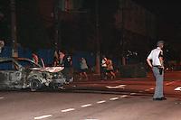 ATENCAO EDITOR: FOTO EMBARGADA PARA VEICULOS INTERNACIONAIS. – SAO PAULO - SP – 23 DE NOVEMBRO 2012 - Movimentacao de policiais na Avenida Zaki Narchi, em Santana, na zona norte de São Paulo na madrugada desta sexta-feira, 23. Apos reintegração de posse, que acabou em confronto entre manifestantes, policiais militares e guardas civis metropolitanos, na tarde ontem, 22. (FOTO: LUIZ GUARNIERI / BRAZIL PHOTO PRESS).