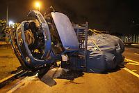 SÃO PAULO, SP, 18/07/2012, TOMBAMENTO MARG. TIETE. Um caminhão perdeu a roda e tombou na madrugada de hoje (18), o acidente aconteceu  na Marginal Tiete sentido Rod. Ayrton Senna, nas proximidades da ponte da Fepasa. Apesar do grande susto, o motorista e o ajudante nada sofreram. Luiz Guarnieri/ Brazil Photo Press.