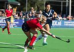 AMSTELVEEN  - Fleur Kok (Lar) met Anna O'Flanagan (Pin) , hoofdklasse hockeywedstrijd dames Pinole-Laren (1-3). COPYRIGHT  KOEN SUYK