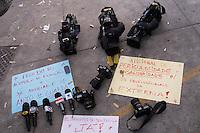 RIO DE AJNEIRO,RJ,11.02.2014- IMPRENSA FAZ PROTESTO NA PORTA DA DELEGACIA. Repórteres fotógrafos e cinegrafistas fizeram um protesto na porta da delegacia, onde o acusado de acender fogos que matou o cinegrafista da Band, Santiago Andrade deverá se entregar. Os profissionais baixaram suas câmeras e microfones, reivindicando melhorias e condições de trabalho como equipamentos de segurança. SANDROVOX/BRAZILPHOTOPRESS