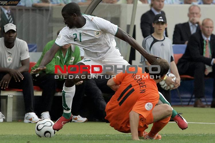 FIFA WM 2006 -  Gruppe C Vorrunde ( Group C )<br /> Play    #22 (16-Jun) - Holland - ElfenbeinkŁste<br /> <br /> EBOUE Emmanuel #21; ROBBEN Arjen #11<br /> <br /> Foto &copy; nordphoto