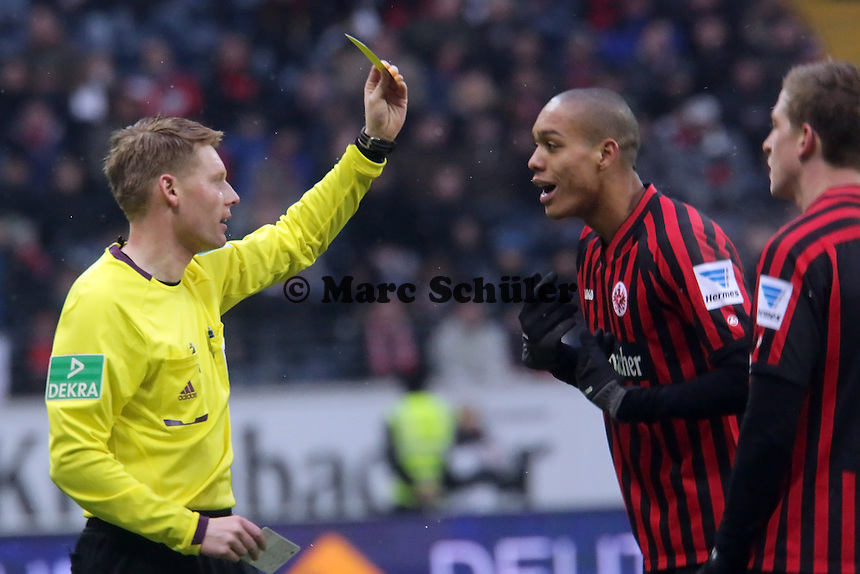 Schiedsrichter Christian Dingert zeigt Bamba Anderson (Eintracht) Gelb