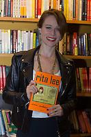 SÃO PAULO, SP, 16.11.2016 -  RITA LEE - Mariana Ximenes  prestigia a cantora Rita Lee durante o lançamento de sua autobiografia, na Livraria Cultura do Conjunto Nacional, na Avenida Paulista, em São Paulo, nesta quarta-feira, 16. (Foto: Ciça Neder / Brazil Photo Press)