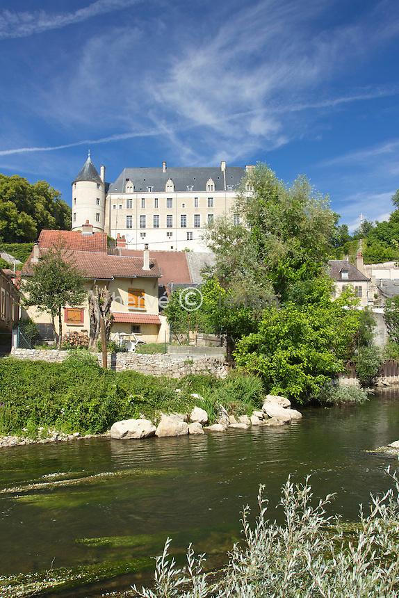 France, Cher (18), le Berry, Châteauneuf-sur-Cher, château surplombant la rivière Cher // France, Cher, Chateauneuf sur Cher, Berry region, castle overlooking the river Cher
