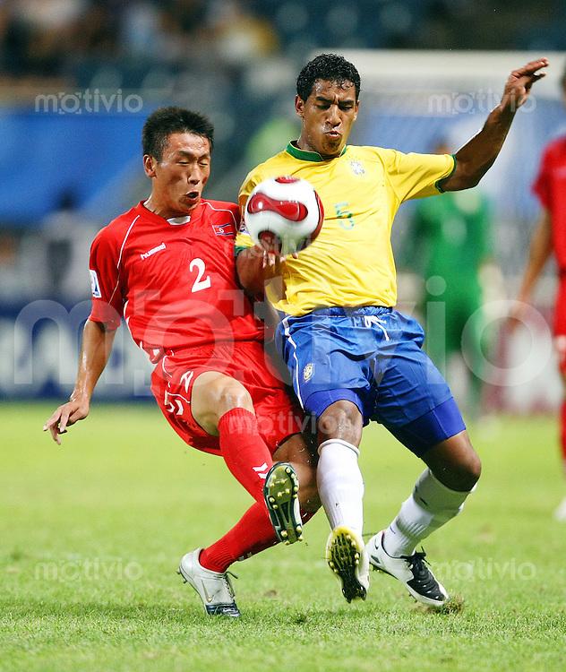 12. FIFA U17 Weltmeisterschaft in Korea Brasilien - Nordkorea Brazil vs. Korea PDR SIM HYON JIN (li, PRK) im Zweikampf mit TIAGO (re, BRA).