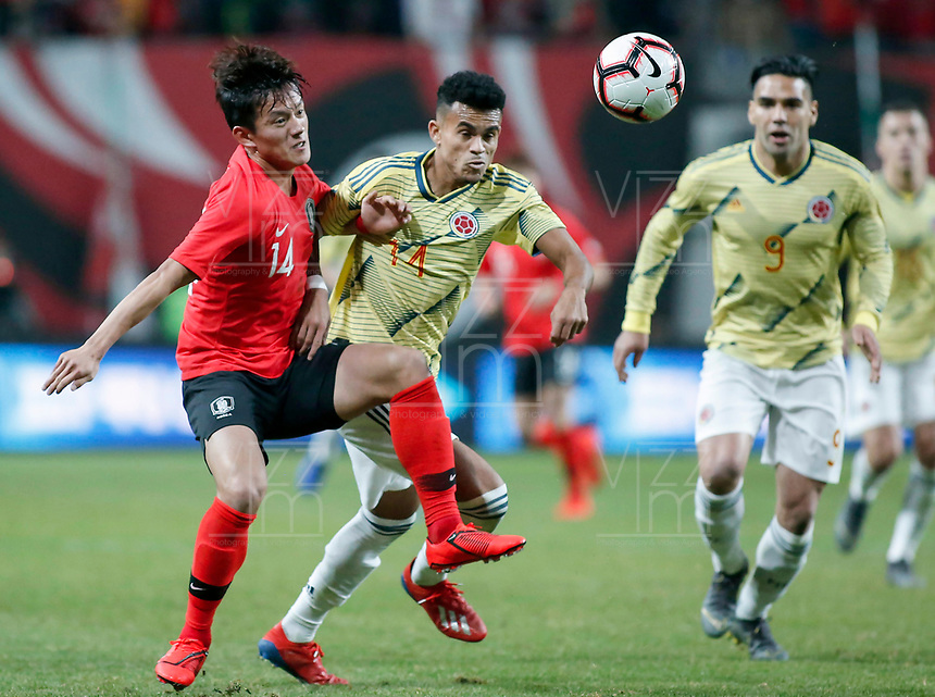 SEÚL – COREA DEL SUR, 26-03-2019: Hong Chul de Corea disputa el balón con Luis Diaz de Colombia durante partido amistoso de la fecha FIFA marzo 2019 entre las selecciones de Corea del Sur y Colombia jugado en el estadio Mundialista de Seúl. / Hong Chul  of Korea vies for the ball with Luis Diaz of Colombia during friendly match for the FIFA date March 2019 between national teams of South Korea and Colombia played at Seoul World Cup Stadium / South Korea and Colombia in friendly match for the FIFA date March 2019 played at Seoul World Cup Stadium. Photos: VizzorImage / Julian Medina / Cont / FCF