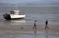 2014 03 15 People enjoy the sunshine in Mumbles, Wales