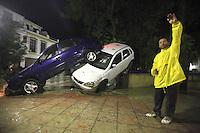 COR04. CAÑETE DE LAS TORRES (CÓRDOBA), 19/05/2011.- Un vecino de la localidad cordobesa de Cañete de las Torres, junto a varios vehículos arrastrados por las intensas lluvias que han afectado hoy a esta zona de la campiña cordobesa, y que han provocado la muerte de una mujer octogenaria. EFE / Rafa Alcaide.