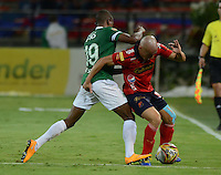 MEDELLÍN -COLOMBIA-15-11-2014. Vladimir Marin (Der) jugador de Independiente Medellín disputa el balón con Yerson Candelo (Izq) jugador de Deportivo Cali durante partido por la fecha 1 de los cuadrangulares finales de la Liga Postobón II 2014 jugado en el estadio Atanasio Girardot de la ciudad de Medellín./ Vladimir Marin (R) player of Independiente Medellin fights for the ball with Yerson Candelo (L) player of Deportivo Cali during the match for the  first date of the final quardrangular of Postobon League II 2014 at Atanasio Girardot stadium in Medellin city. Photo: VizzorImage/Luis Ríos/STR