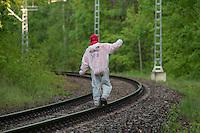 """Klimacamp """"Ende Gelaende"""" bei Elsterheide in der brandenburgischen Lausitz.<br /> Mehrere tausend Klimaaktivisten  aus Europa wollen zwischen dem 13. Mai und dem 16. Mai 2016 mit Aktionen den Braunkohletagebau blockieren um gegen die Nutzung fossiler Energie zu protestieren.<br /> Im Bild: Klimaaktivsten aus Schweden, Oesterreich, Finnland, und Deutschland haben sich auf den Schienen einer Kohletransportstrecke angekettet um sie zu blockieren. Ein Aktivist balanciert derweil auf einer Schiene.<br /> 13.5.2016, Elsterheide/Brandenburg<br /> Copyright: Christian-Ditsch.de<br /> [Inhaltsveraendernde Manipulation des Fotos nur nach ausdruecklicher Genehmigung des Fotografen. Vereinbarungen ueber Abtretung von Persoenlichkeitsrechten/Model Release der abgebildeten Person/Personen liegen nicht vor. NO MODEL RELEASE! Nur fuer Redaktionelle Zwecke. Don't publish without copyright Christian-Ditsch.de, Veroeffentlichung nur mit Fotografennennung, sowie gegen Honorar, MwSt. und Beleg. Konto: I N G - D i B a, IBAN DE58500105175400192269, BIC INGDDEFFXXX, Kontakt: post@christian-ditsch.de<br /> Bei der Bearbeitung der Dateiinformationen darf die Urheberkennzeichnung in den EXIF- und  IPTC-Daten nicht entfernt werden, diese sind in digitalen Medien nach §95c UrhG rechtlich geschuetzt. Der Urhebervermerk wird gemaess §13 UrhG verlangt.]"""