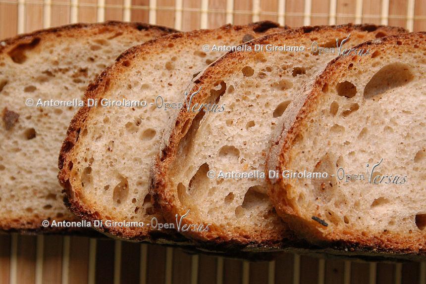 Fetta di pane nel piatto. Slice of bread in the dish..