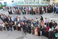 23 ottobre 2011 Tunisi, elezioni libere per l'Assemblea Costituente, le prime della Primavera araba: gente in fila davanti al seggio per votare. Donne e uomini fanno code separate.<br />  en Tunisie octobre <br /> tunisian elections