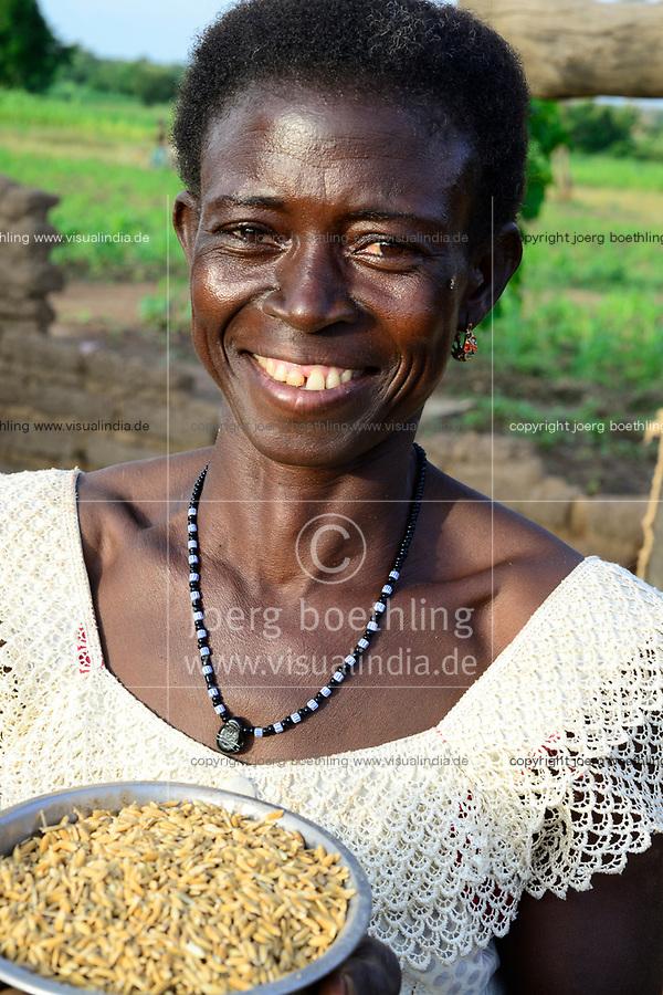BURKINA FASO, Dano, Fondation Dreyer, rice farming, woman with rice bowl / Reisanbau in Talauen, Frau des Reisbauern Somda Galip auf ihrem Hof, Schale mit Reis